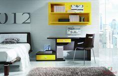 Este escritorio está en el dormitorio. Es de madera marrón y amarillo.Tiene dos estantes y dos cajones. Hay muchos espacios para poner los libros. Sobre de la mesa está el ordenador. El escritorio es muy práctico para estudiar y para chatear con nos amigos!