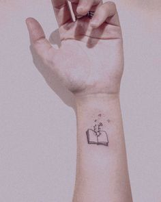 small tattoos for women: 30 inspiring ideas in key minimalLos small tattoos are becoming more fashionable and we love us . Subtle Tattoos, Dainty Tattoos, Mini Tattoos, Tiny Tattoos For Girls, Tattoos For Women Small, Small Tattoos, Tattoo Buch, Hp Tattoo, Finger Tattoos