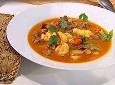 Inspirată din bucătăria ungurească, o ciorbă gulaș din carne de vițel cu găluște, gustoasă și sățioasă Wine Making, Thai Red Curry, Food And Drink, Beef, Make It Yourself, Soups, Cooking, Ethnic Recipes, Tudor
