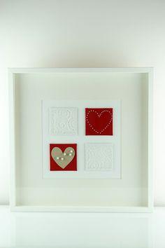 Schönes Wandbild in rot, weiß mit Perlmuttperlen. Das Bild wird in liebevoller Handarbeit hergestellt. Die Größe der inneren Einzelbilder beträgt 10cm x 10cm. Das Bild eignet sich als schöne Deko, egal in welchem Raum, für Dich oder als Geschenk für einen lieben Menschen. Das Bild lässt sich super mit anderen Produkten kombinieren und nebeneinander oder übereinander aufhängen. Der Rahmen kann entweder hingestellt oder an der Wand montiert werden.  Maße: B:52,5 cm L:52,5 cm, H:5 cm