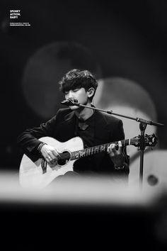 black&white guitar chanyeol