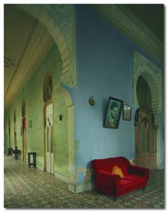 red couch in cuba/ blue wall