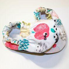 Preciosos patucos para calentar los piececitos de tu bebé. Confeccionados en tejido de algodón 100% con tu tela estampada favorita de nuestro catálogo. Interior de microfibra ultrasuave con pelito. Suela de piel, para evitar resbalones en sus primeros pasos. Elige la talla de tu bebé, y presume de recien nacido a la moda!