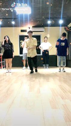 Famous Dance Moves, Cool Dance Moves, Dance Tips, Lets Dance, Funny Short Videos, Funny Video Memes, Dance Choreography Videos, Dance Videos, Moonwalk Dance