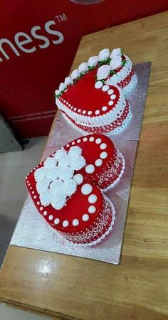Ideas For Cake Designs Easy Valentines Day - Cakes - Kuchen Cake Pops Frosting, Buttercream Cake, Valentinstag Party, Heart Shaped Cakes, Heart Cakes, Fun Cupcakes, Cupcake Cakes, Simple Cupcakes, Homemade Cherry Pies