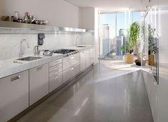 Cucina modello Italia by #ARCLINEA. Italia lineare nelle finiture marmo di Carrara e acciaio inox con cappa integrata nella mensola è disponibile in moltissime altre finiture.