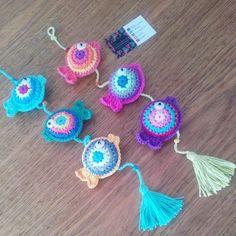 Colgante Peces - Pandora Objetos con Aura Crochet Ideas, Ideas Para, Crocheting, Crochet Earrings, Knitting, Baby Mobiles, Valentines Day Weddings, Knitted Animals, Squares