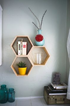 cube de rangement en bois, mur gris, décoration murale, idée pour etagere murale