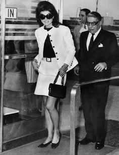 Jackie Kennedy was Denise's mother's style icon. The Albright women dressed in a similar style to the former First Lady. Jacqueline Kennedy Onassis, Estilo Jackie Kennedy, Jaqueline Kennedy, John Kennedy, Caroline Kennedy, Jackie O's, Daphne Guinness, Aristotle Onassis, Estilo Glamour