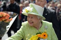 Queen meets crowds in Windsor