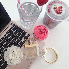 I'm workin' on a new blogpost. 💗 #passion  #spring #springtime #flowers #flowergram #sun #roses #rosestagram #mymuesli #chloe #paris #myparisstyle #luxury #champagne #chanelclassic #chanelparis #lifestyle #goodlife #blogger_de #bloggerstyle_de #fashion #fashionblogger #fashionblogger_de #pink