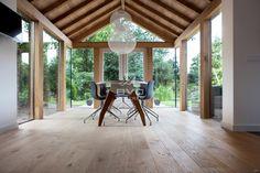 eiken planken | wisselende breedtes | Frans eiken vloer | eikenhouten aanbouw | moderne eethoek | sfeervolle serre | opgeleverd door BVO Vloeren