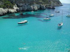 Macarella y Macarelleta, dos calas azulísimas en Menorca. | 23 lugares de España que tienes que conocer tarde o temprano