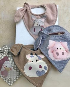 Bibs Farm - Country Creations- Bavagli Fattoria – Country Creations Visit the article to find out more. Baby Bibs Patterns, Sewing Patterns, Diy Bebe, Baby Sewing Projects, Baby Kids Clothes, Baby Crafts, Baby Accessories, Baby Quilts, Baby Love