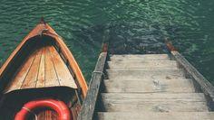 """Dzisiejsza """"Drewniana Środa"""" już w wakacyjnej atmosferze! ;) Czy wiecie, że szkutnik buduje z drewna kutry lub łodzie, które pływają po morzu nawet 40 lat? Wykorzystuje do tego najczęściej modrzew i dąb. Deski do budowy łodzi muszą być długie i posiadać naturalną krzywiznę. #Drewno #Ciekawostki"""