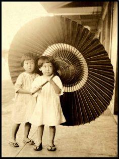 Chibi-girls w big kasa, 1924