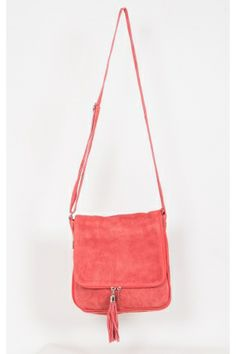 Craquez pour ce sac corail ici http://www.stockfamily.fr/sac-besace-bandouliere-cuir-1-pompon-corail-4037.html
