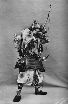 A man wearing an Ō-yoroi - 大鎧 - Wikipedia