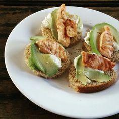 Easy cheesy japanese. Salmon,  avocado,  cheese toast. . Tostadas con queso palta y salmón. Super fácil