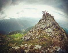Adrenalín stúpa  v Západných Tatrách  @juraj_vallo .............. #praveslovenske #slovensko #slovakia #nahory #posila #goodideaslovakia #mountainlife #mountainslovers #mountainbike #mountainbiking #bike #biking #bikelife #rocks #adrenaline