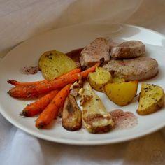 Vepřová panenka s vinnou redukcí a pečenou zeleninou - Medailonky z vepřové panenky se skvěle snoubí s červeným vínem. Pečená zelenina jako příloha je delikátní a zdravá zároveň.