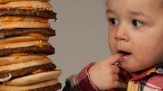 Bimbi veg? I veri problemi alimentari sono altri-In Italia ogni anno più di 1.254.000 bambini vengono ricoverati in ospedale; di questi, il 10% arriva in ospedale con problemi di malnutrizione, intesa come situazione nutrizionale scadente. Nel nostro Paese il 9,8 per cento dei bambini tra gli 8 e i 9 anni è obeso (di cui 2,2 per cento a livelli gravi) e il 20,9 è in sovrappeso. 25mila giovani con meno di 18 anni soffrono di diabete di tipo 1. E questi trend sono in continuo aumento.