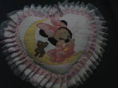 Fiocco di nascita a punto croce Disney fatto a mano. Handmade Disney cross stitch birth bow.