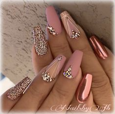 Metallic​ Pink Quinceanera Nails A rose gold quinceañera is a glamorous, gorgeous theme! Gold & pink elements inspire a rose gold quince. Our rose gold inspirational pictures can help you! Rose Gold Nails, Pink Nails, My Nails, Grow Nails, Blush Nails, Gold Wedding Nails, Maroon Nails, Diamond Nails, Nail Art Rose