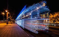 Light Trams Installation – Budapest  Chaque hiver depuis 2009, la société de transport de Budapest (Hongrie) décore ses tramways avec plus de 30 000 Led blanches et bleues qui scintillent pour la période de Noël. En roulant vite, le tramway se transforme en wagon fait de jets de lumières.