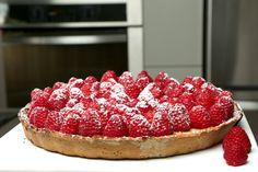 Una deliciosa y vistosa tarta de chocolate blanco con frambuesas.  Un postre ideal para una comida de día de las madres.