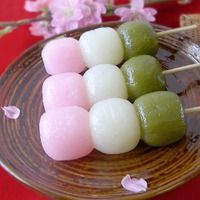 Spring time Dango- a Japanese dumpling and sweets made from mochiko, related to mochi. It is often served with green tea~ Asian Desserts, Asian Recipes, Sweet Recipes, Vietnamese Recipes, Dango Recipe, Recipe Recipe, Cute Food, Yummy Food, Japanese Treats