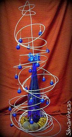 DIY: Árbol de navidad con alambre y botella azul de cristal, gastando poco o nada.