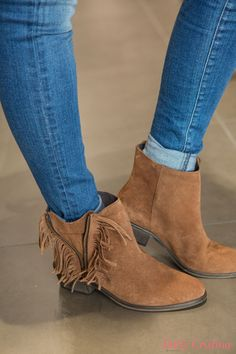 Cristina Ferreira looks amazing with her suede ankle boots with fringes :) #salsajeans #boots #bloggers