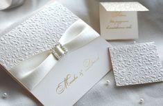 Chcete aby bol Váš svadobný deň dokonalý? Nám záleží na každom detajle a preto máme pre vás tieto luxusné svadobné oznámenia. 😊 Technológia bielej vystúpenej slepotlače sa krásne hrá so svetlom. Dizajn oznámenia dotvára horúca ražba zlatou farbou a saténová stuha s brošňou. 😊 #svadba #svadobneoznamenia Tableware, Gra, Satin, Decor, Design, Card Wedding, Brooches, Marriage Anniversary, Nice Asses