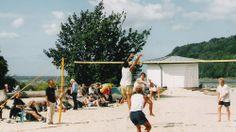 Unsere Empfehlung: Schaut bei der Wassersportschule Timpeltu vorbei. Hier kann man bei Wind das Surfen lernen oder bei Flaute ein Kanu mieten, um die Ufer des großen Jasmunder Boddens zu erkunden.