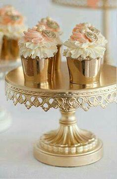 pretty blush pink and gold cupcakes Gold Cupcakes, Pretty Cupcakes, Beautiful Cupcakes, Wedding Cupcakes, Gold Cake, Royal Cupcakes, Elegant Cupcakes, Fancy Cupcakes, Gold Cupcake Stand