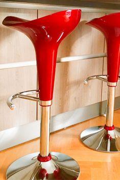 Fancy bar stools in red design #villavienna Bequem und dennoch auffällig - knallig rote Barhocker in der Villa Vienna