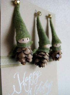 Piccoli elfi creati con feltro e pigne