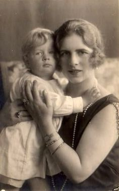 Kronprinzessin Helena von Rumänien mit Sohn Michael, Crown Princess of Romania with future King Mihai of Romania Romanian Royal Family, Greek Royal Family, Michael I Of Romania, History Of Romania, Greek Royalty, Royal Photography, Royal Blood, Young Prince, Casa Real