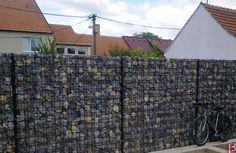 Murek gabionowy z paneli Zenturo wypełniony różnobarwnymi kamieniami