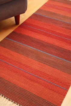 Pienen pienet kahden heiton vastaväriset raidat savat maton punaiset sävyt hehkumaan. Kipinä (3191) Mallikerta nro 1/2007 ja vastaväriharmoniaa ja muuta värioppia on Mallikerran numerossa 1/2010. Weaving Textiles, Weaving Art, Tapestry Weaving, Loom Weaving, Hand Weaving, Crochet Doily Rug, Crochet Rug Patterns, Linen Stitch, Fabric Rug