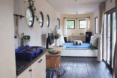 Bio-Toilette, eigener Wasserkreislauf, eigener Strom – der Wohnwagon zeigt nicht nur, wie man mit wenig Platz komfortabel leben kann.