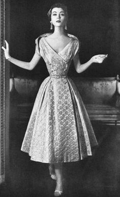 1953 Dovima in brocade dinner dress by Adele Simpson, Vogue, September. Totally LOVE the top of this dress! Look at her waist ! Moda Vintage, Vintage Mode, Vintage Style, Fifties Fashion, Retro Fashion, 1950s Fashion Dresses, 1950s Dresses, Fashion Top, Vintage Glamour