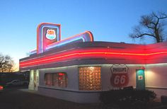 This retro restaurant takes you back to the 1950s, with its milkshake menu, fun decor, and jukebox.