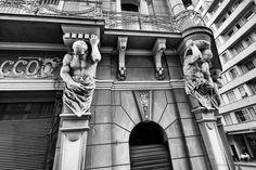 Confeitaria Rocco, é um dos prédios mais lindos do centro, com influência da arquitetura neoclássica e barroca.  Porto Alegre - RS - Brasil.  Data: 03.05.2012