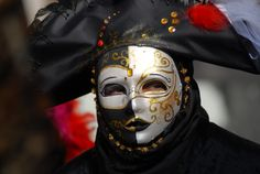mask balls during carnivale, venice Venetian Masquerade Masks, Venetian Carnival Masks, Carnival Of Venice, Masquerade Costumes, Italian Masks, Venice Mask, Costumes Around The World, Beautiful Mask, Shades Of Gold