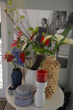 Rode, witte en blauwe accessoires en bloemen