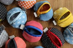 Round and colorful - small bags made from scraps of fabric- Rund und bunt – Täschchen aus Stoffresten Round and colorful – bags made of fabric remnants – universal - Fabric Remnants, Fabric Scraps, Sewing Tutorials, Sewing Projects, Sewing Patterns, Diy Outfits, Diy Crafts To Do, Embroidered Clothes, Christmas Bags