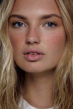 Minimal Beauty Trend Spring 2016 Make Up. Soft sun kissed look that goes from…her skin is beautiful New Makeup Trends, Beauty Trends, Beauty Hacks, Beauty Tips, Lr Beauty, Beauty Inside, Minimal Beauty, Minimal Makeup, Make Up Looks