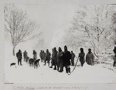 [Le Gazon-Martin. - Équipe de travailleurs.]. - Un groupe de soldats français et un traîneau tiré par des chiens.